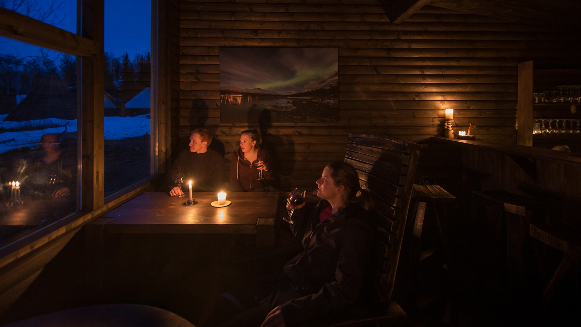 People enjoying a glass of wine with views over Tamokdalen