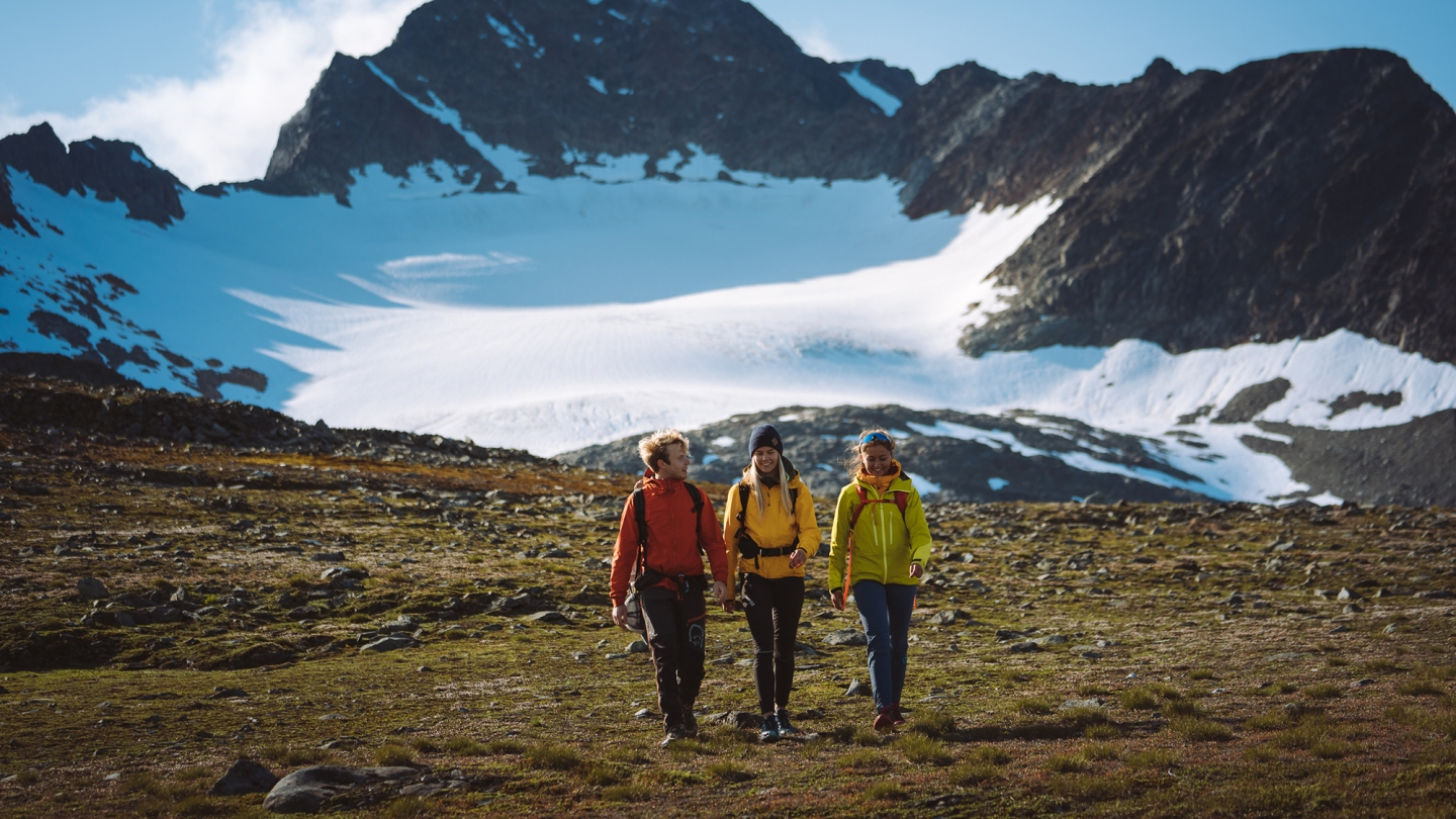 Friends hiking in Lyngen